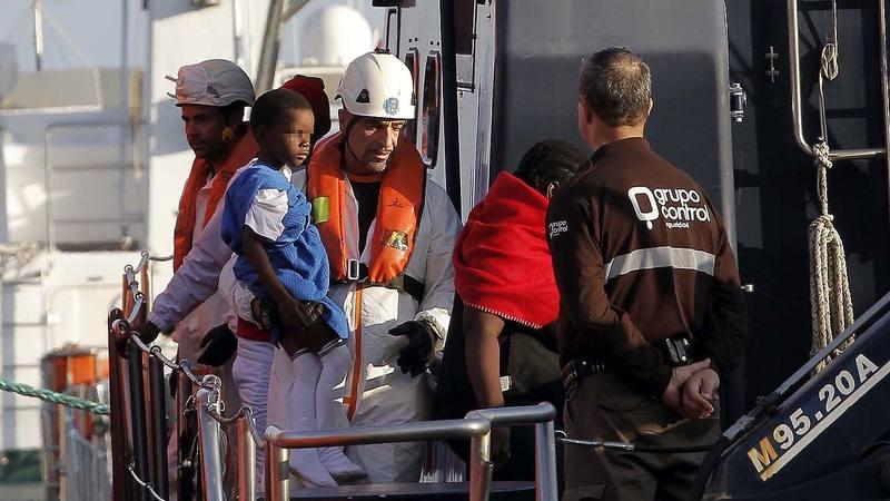 Llegada al puerto de Almería de los 64 inmigrantes, entre ellos once mujeres y dos niños de corta edad, rescatados por Salvamento Marítimo en las cercanías de la isla de Alborán, cuando viajaban en dos pateras