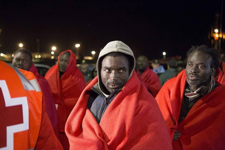 LLegada al puerto de Motril, en Granada, de los inmigrantes rescatados por efectivos de Salvamento Marítimo en las cercanías de la Isla de Alborán