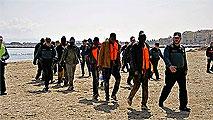 Ir al VideoLlegan a las playas de Melilla y de Almería dos pateras con más de 70 inmigrantes
