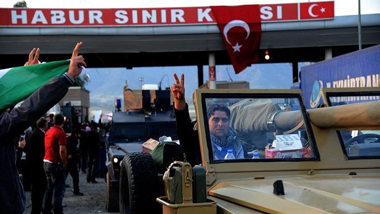 Alrededor de 150 milicianos kurdos de Irak llegan a Turquía para apoyar en la defensa de Kobani