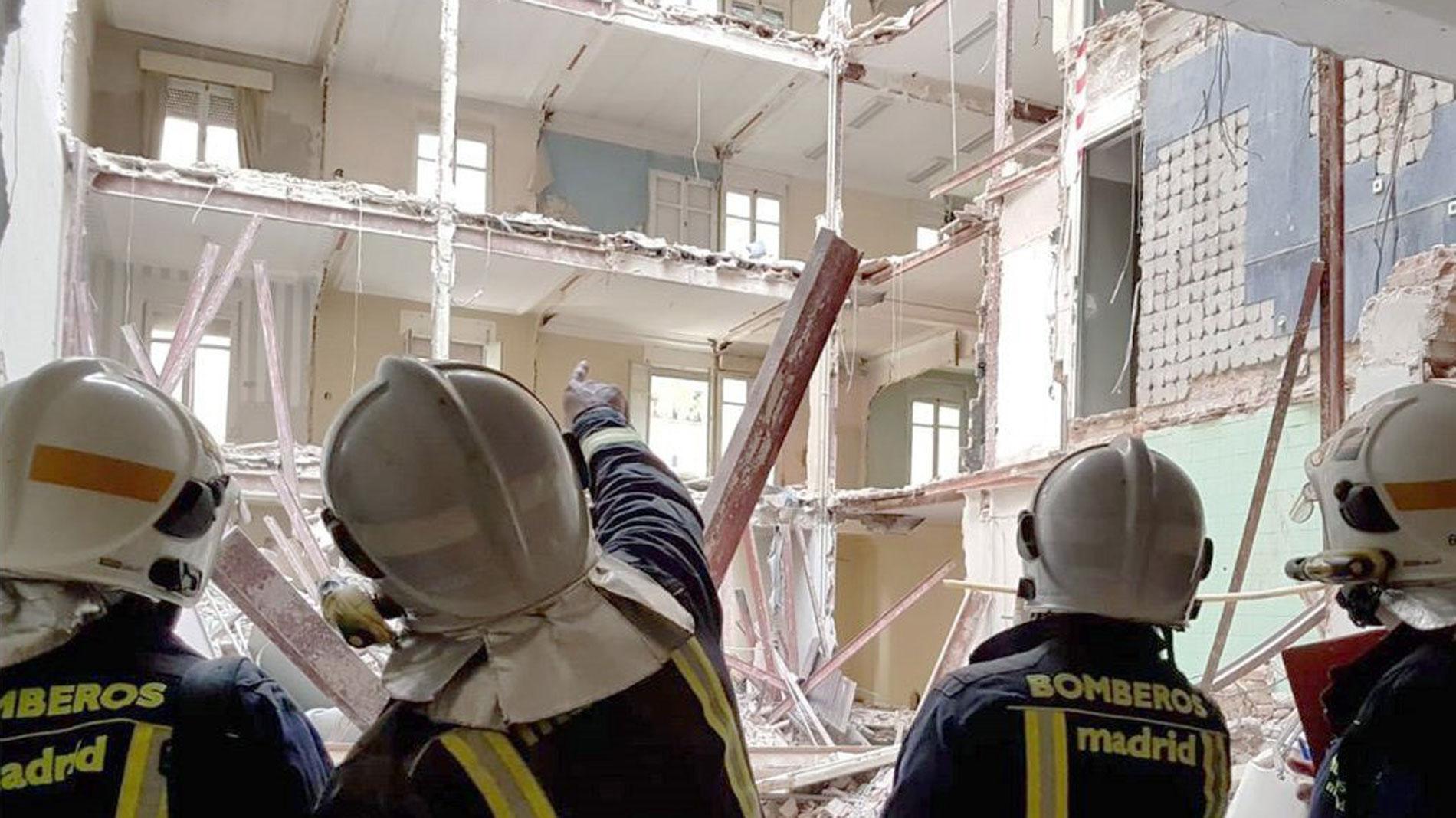 Ir al VideoLocalizan sin vida al trabajador de 56 años desaparecido tras el derrumbe en Madrid