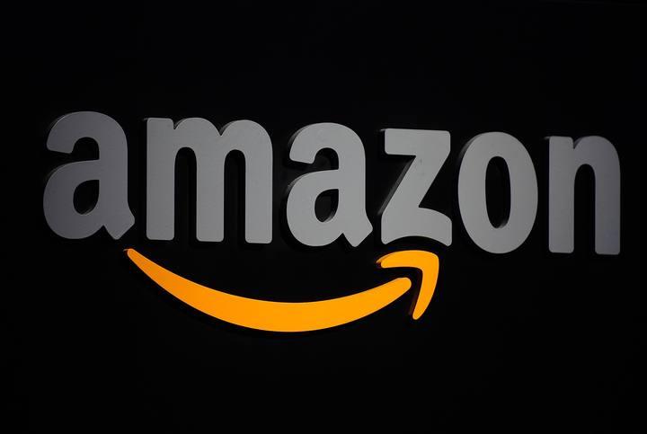 Logo de Amazon en una rueda de prensa en Nueva York