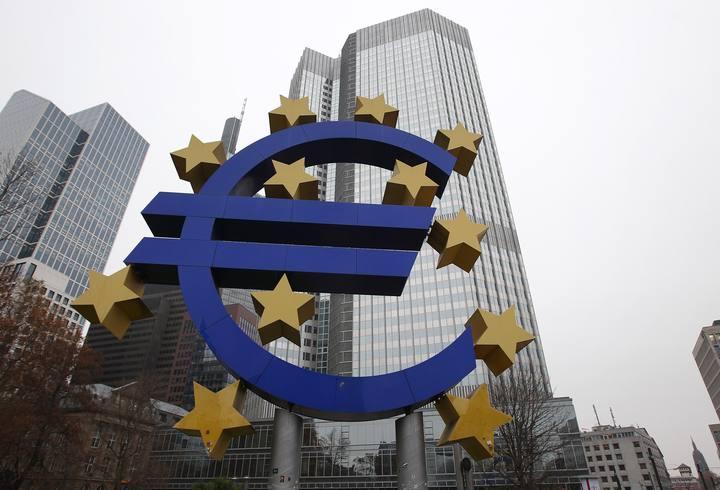 El logo del euro frente a la antigua sede del BCE en Fráncfort