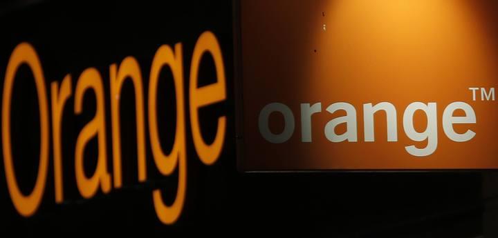 El logo de Orange en la fachada de una tienda en París