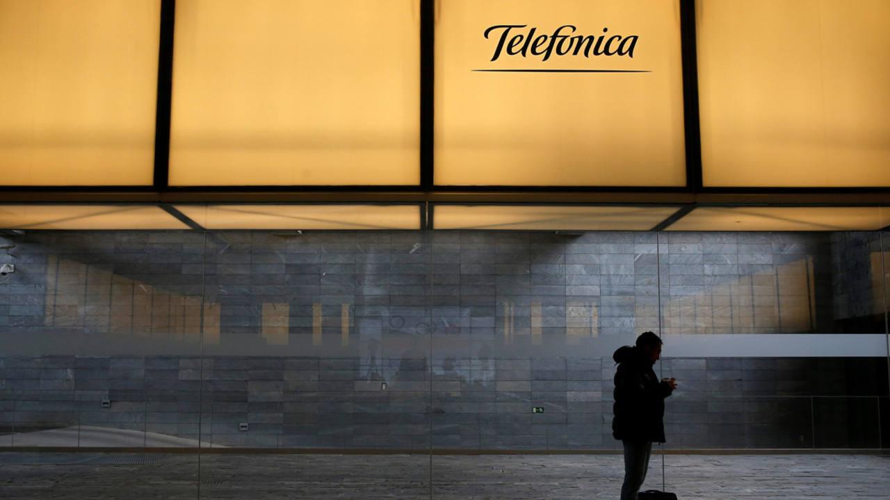 El logo de Telefónica en la sede de la compañía en Madrid