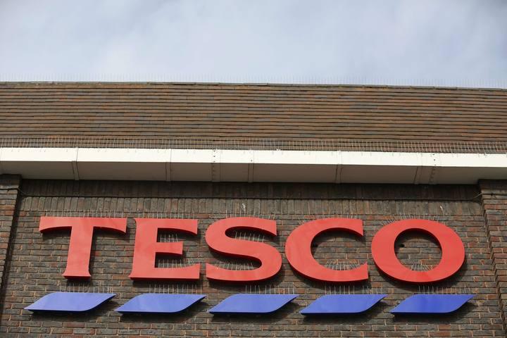Logo de Tesco en un supermercado del este de Londres