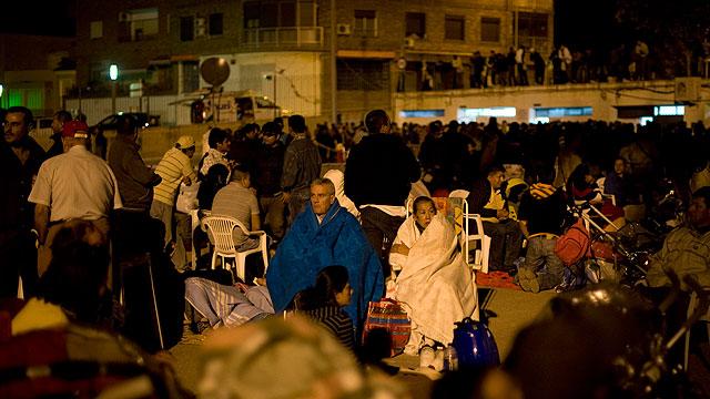 Miles de personas pasan la noche en las calles de Lorca tras el doble seísmo