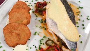 Saber Cocinar - Lubina rellena a los 3 pimientos con tortitas de alcachofa