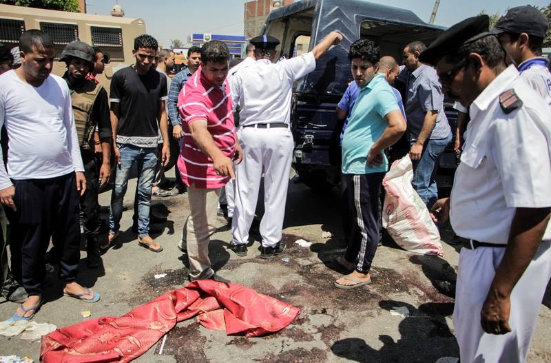 Lugar del atentado en el que han muerto cinco policías egipcios, al sur de El Cairo