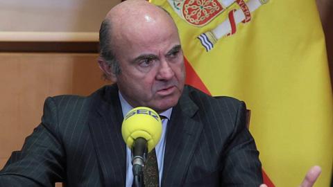 Ir al VideoLuis De Guindos cifra en mil millones de euros las pérdidas por la crisis en Cataluña