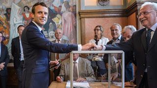 Macron vota en la primera vuelta de las legislativas francesas
