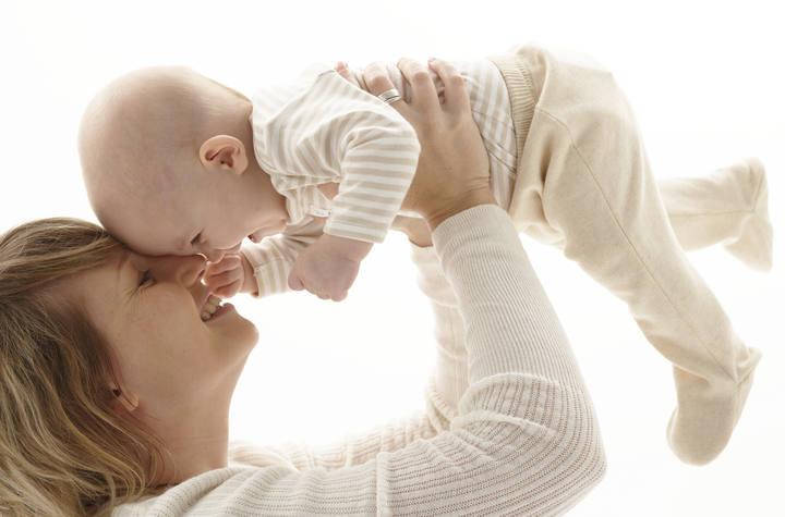 Una madre juega con su bebé
