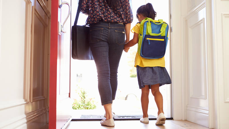 Madre soltera acompaña a su hija al colegio