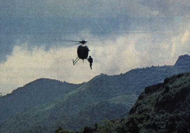 Maellas, colgado en el helicóptero donde rodó unas impresionantes imágenes de las minas de esmeraldas de Colombia