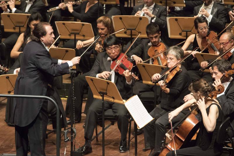 El maestro García Asensio dirige a la Orquesta RTVE