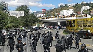 Maestros mexicanos atacan la sede del PRI y se enfrentan con la policía en el estado de Guerrero