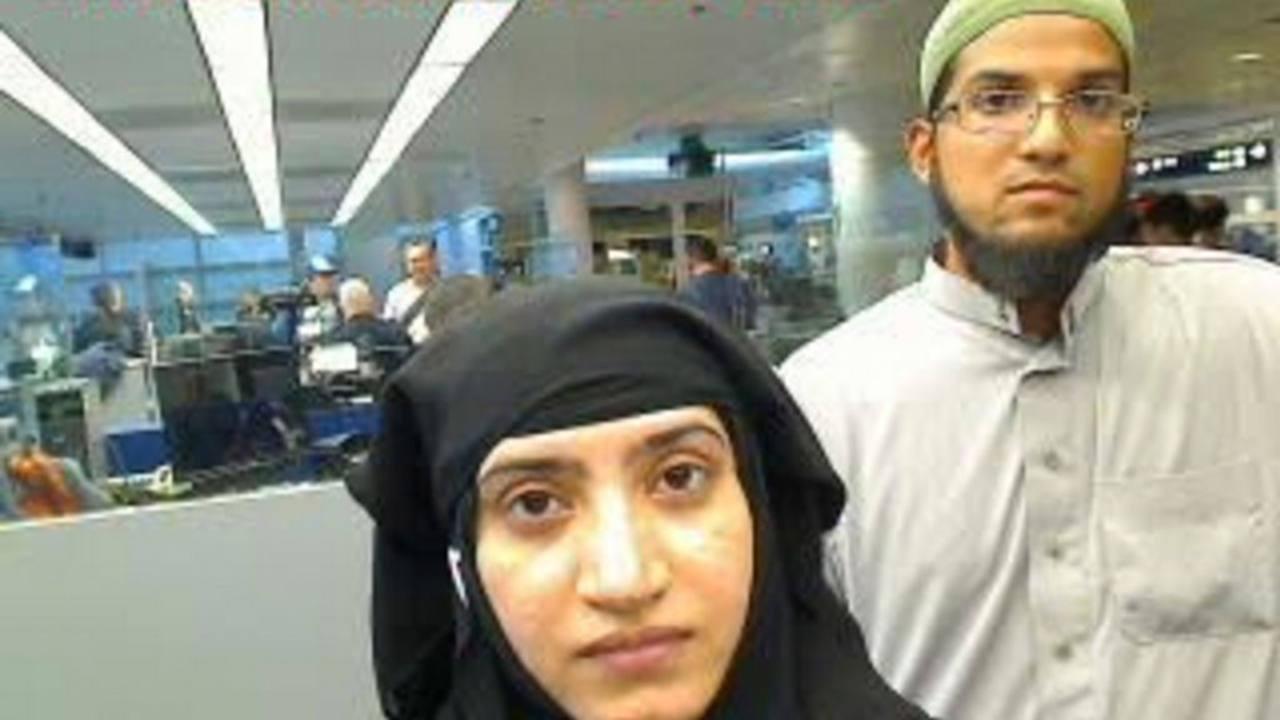 Malik y Farook, en una imagen en el Aeropuerto Internacional O'Hare de Chicago