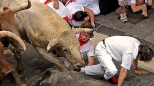 La manada pisotea a un mozo en la calle Estafeta