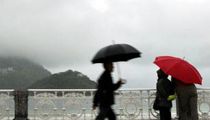 Mañana, temperaturas en descenso y chubascos en casi todo el país