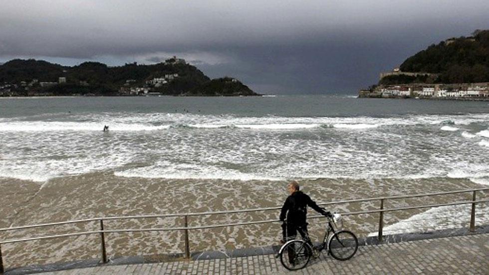 Mañana muy nuboso con lluvias, salvo en el Cantábrico y el sur de Canarias