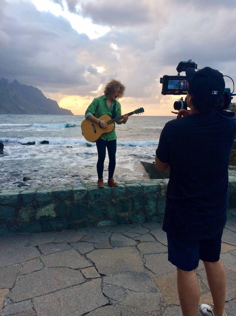 Manel Navarro en el norte de Tenerife grabando su videoclip