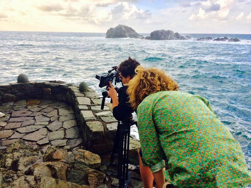 Manel Navarro supervisa el trabajo del equipo técnico de su videoclip
