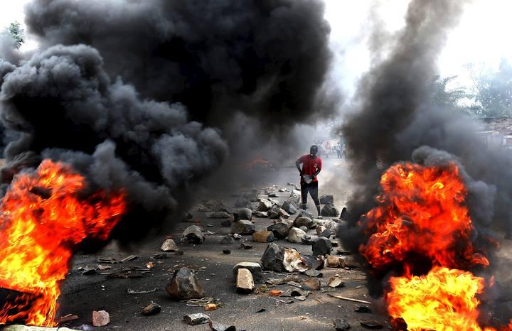 Manifestante en una barricada en la capital de Burundi, Bujumbura, en las protestas contra el presidente