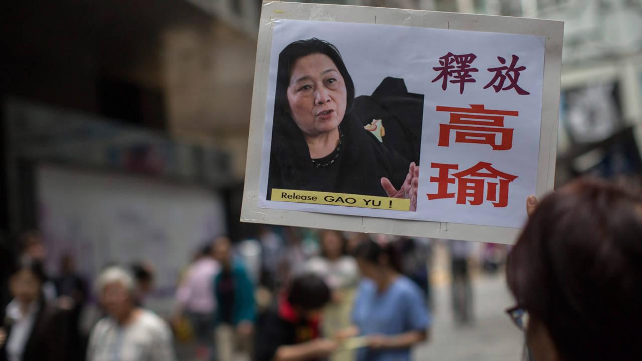 Un manifestante muestra una fotografía de la periodista china Gao Yu durante una protesta de apoyo en la que exigen su liberación en Hong Kong.