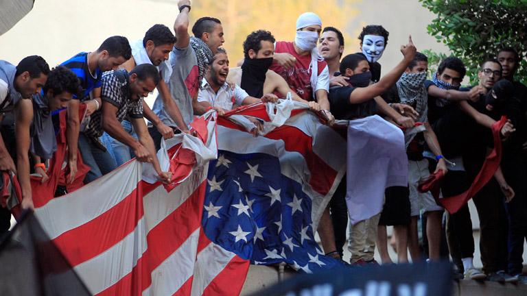 Manifestantes arrancan la bandera de la embajada de EE.UU.