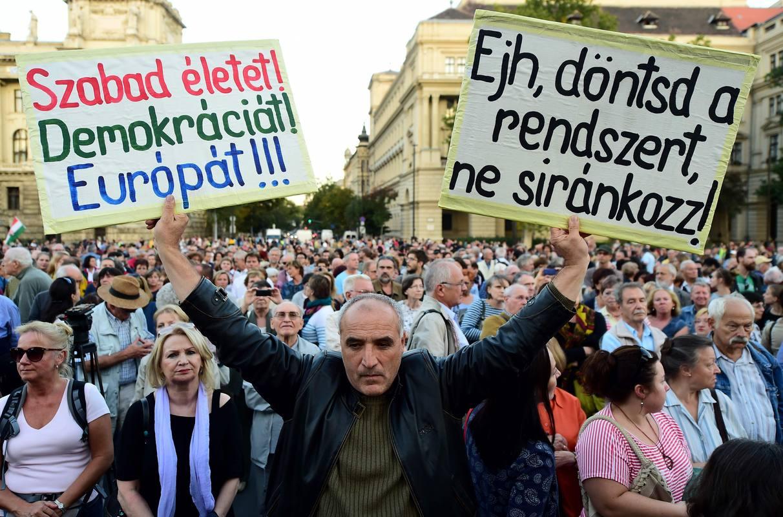 Los manifestantes en Budapest reclaman un trato más humano para los refugiados.