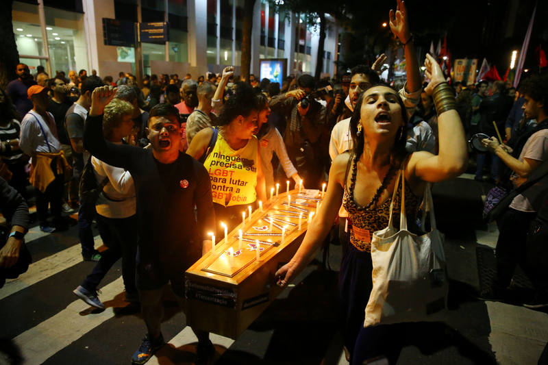Manifestantes cargan con una representación del ataúd del presidente.