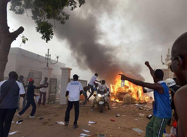 Los manifestantes han incendiado el Parlamento burkinés en Uagadugú, la capital.