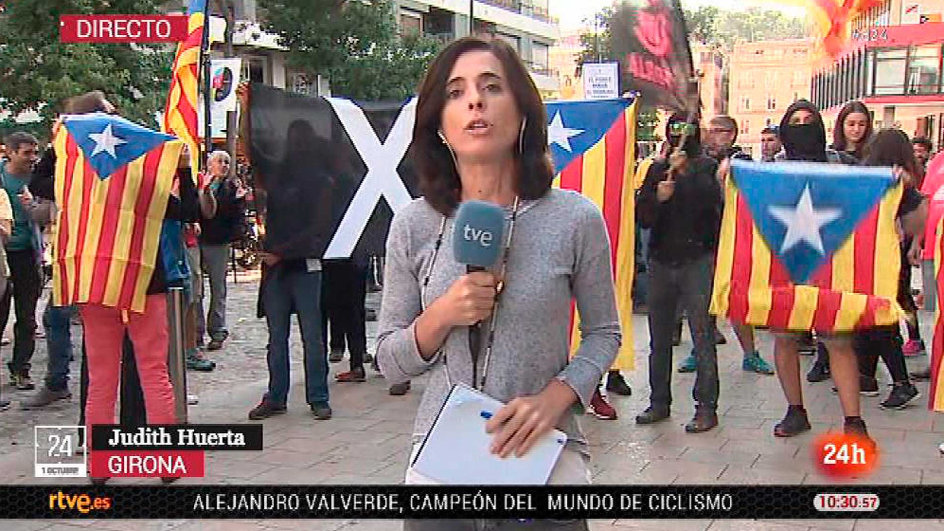 Ir al VideoManifestantes independentistas boicotean a una reportera de TVE en Girona