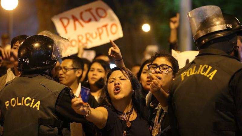 Manifestantes en Lima, Perú, contra el indulto a Alberto Fujimori