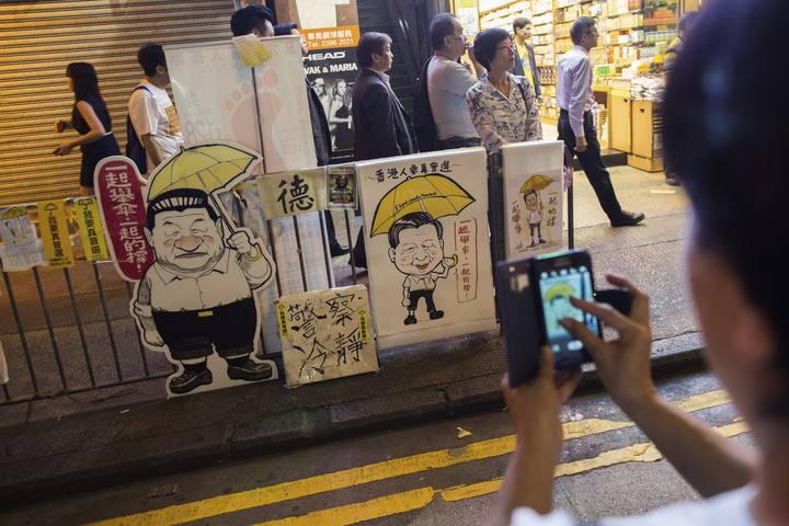 MANIFESTANTES PRO DEMOCRACIA SE REÚNEN EN NATHAN ROAD EN EL DISTRITO DE MONGKOK DE HONG KONG