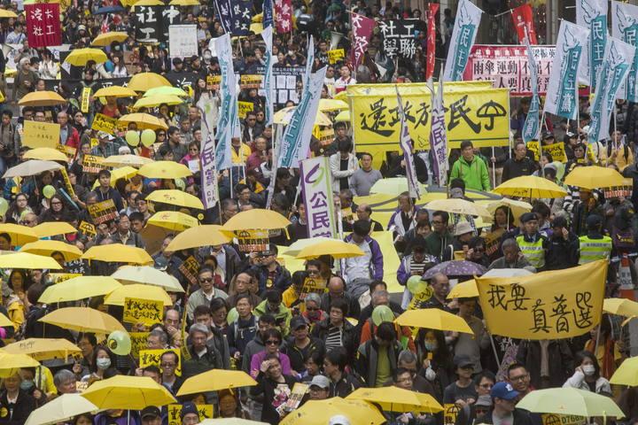 """Los manifestantes de la """"revolución de los paraguas"""" salen a las calles de Hong Kong para pedir sufragio universal real."""