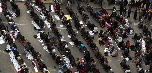 Manifestantes anti gubernamentales rezan en la plaza Tahrir