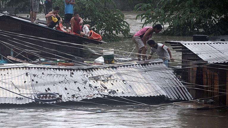 Manila continúa inundada y miles de filipinos tienen que abandonar sus casas