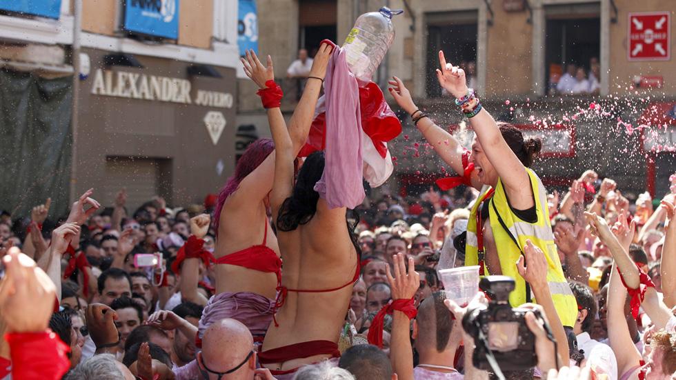Manos en alto para decir 'no' a las agresiones sexistas en San Fermín