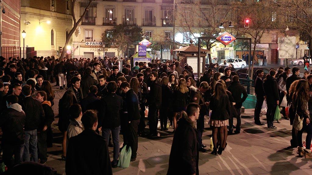 Manuela Carmena plantea que los universitarios ayuden a barrer las calles de Madrid