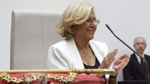 Ir al VideoManuela Carmena se convierte en alcaldesa de Madrid