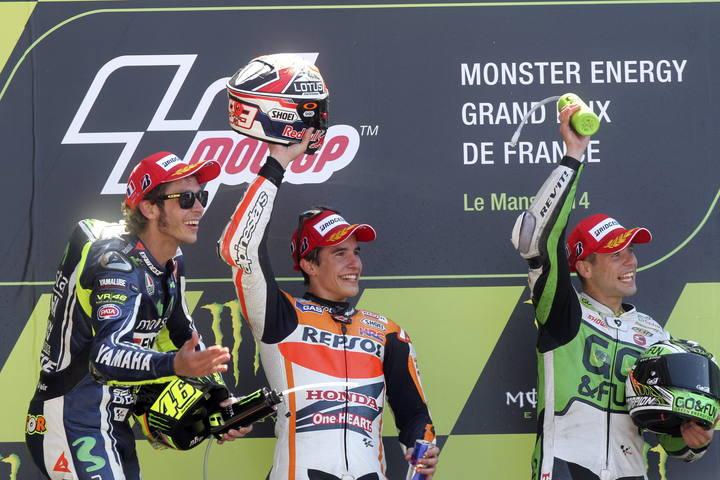 Marc Márquez celebra su victoria en Francia, junto a Rossi y Bautista en el podio
