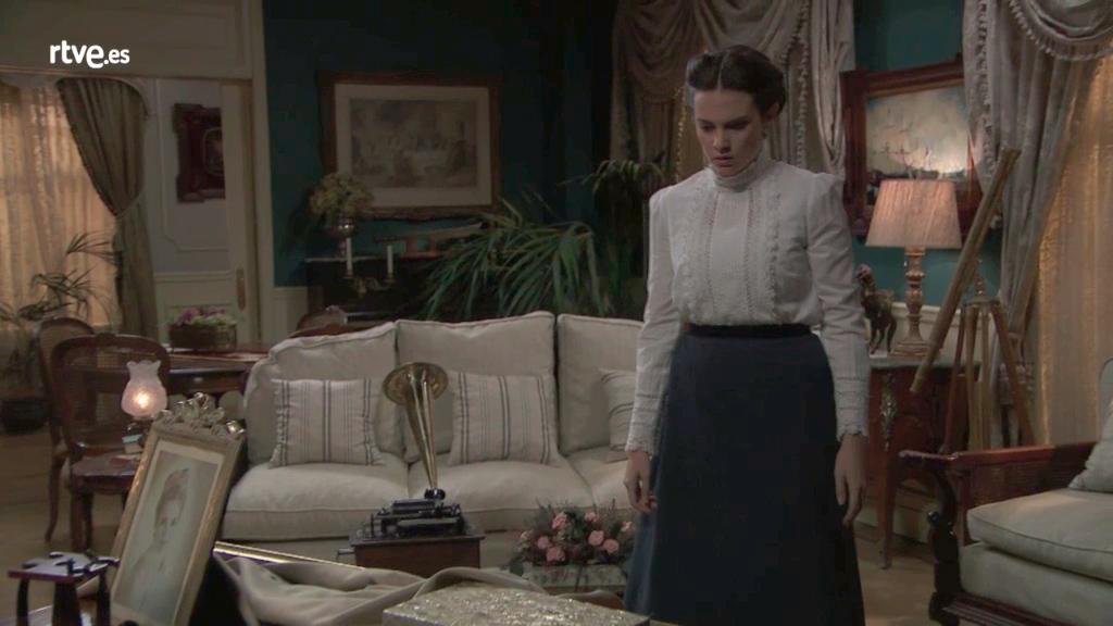 Acacias 38 - María Luisa ve el cuadro de Elvira en casa del Coronel