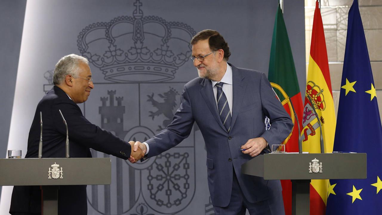 Mariano Rajoy saluda al primer ministro de Portugal, Antonio Costa