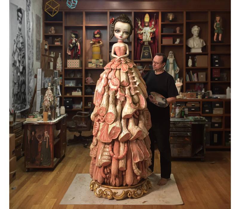 Mark Ryden trabajando en 'Wood Meat Dress'