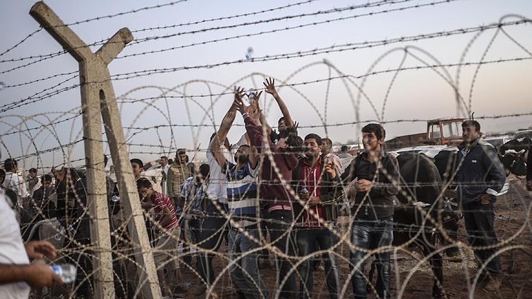 Al menos 100.000 refugiados kurdos llegan a Turquía en 48 horas huyendo del EI en Siria