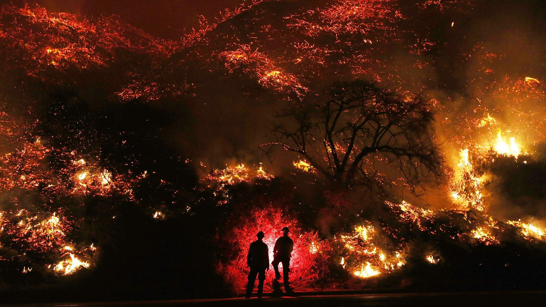 Más de 200.000 evacuados por los incendios de California, avivados por vientos huracanados