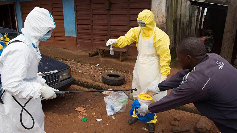 El número de víctimas del ébola en África Occidental supera los 4.500 muertos