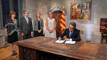 Ir al VideoMas firma el decreto para convocar las elecciones catalanas del 27 de septiembre