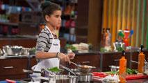 Paula lucha con el plato de Quique Dacosta